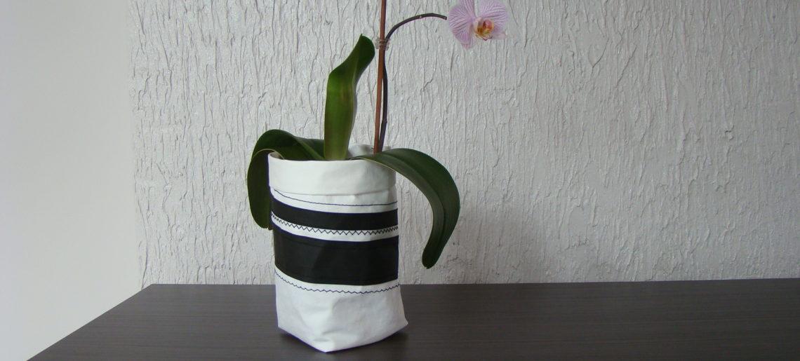 Biało- czarna osłonka na doniczkę z WASHPAPY / WASHABLE kraft paper
